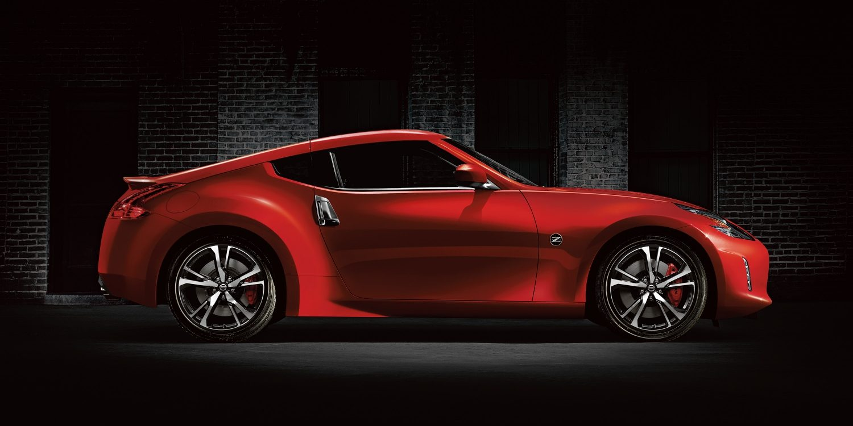 370Z سيارة نيسان حمراء كوبيه