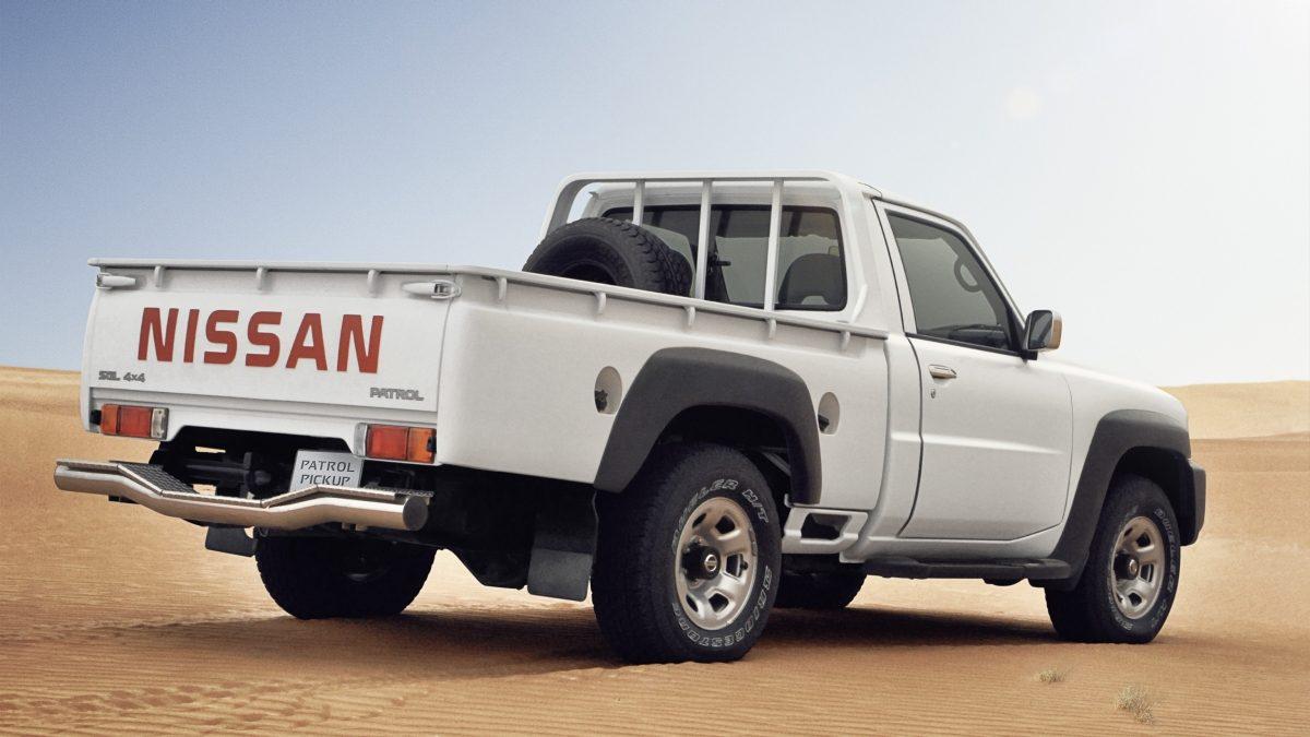 سيارة باترول بيك آب بيضاء في الصحراء