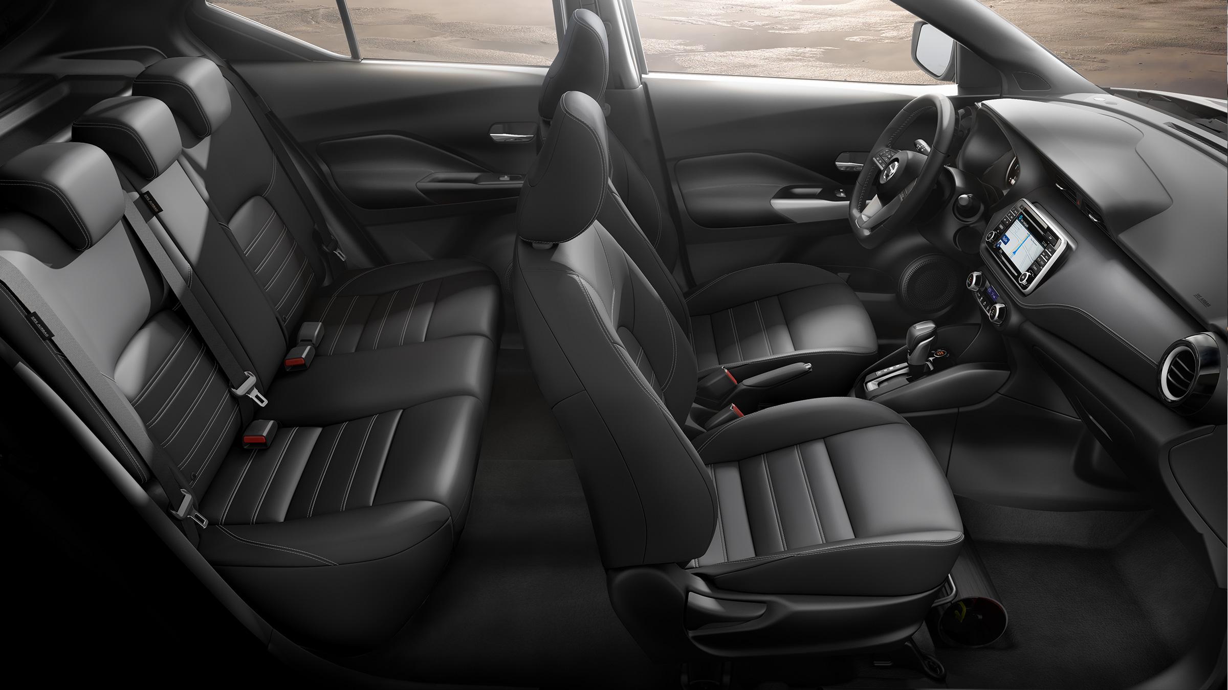 المساحة الداخلية والكراسي الجلدية السوداء في سيارة نيسان كيكس