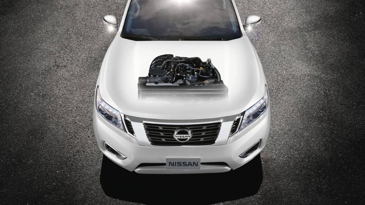 محرك سيارة نيسان نافارا بيضاء