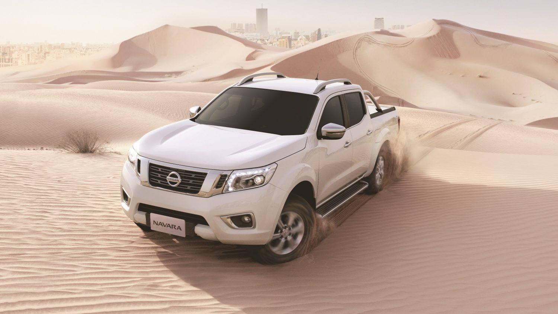 سيارة نيسان نافارا بيضاء في الصحراء