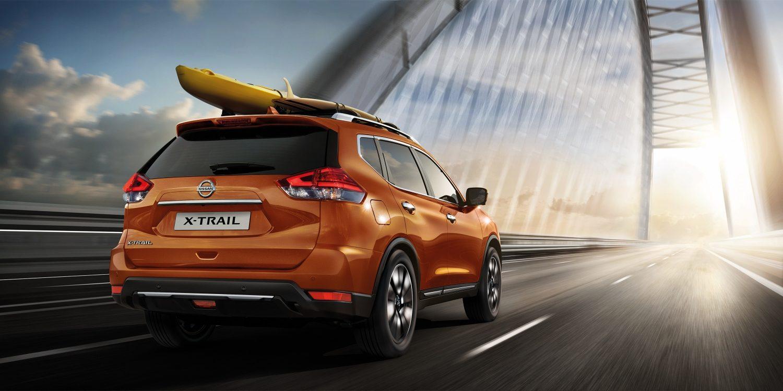 سيارة نيسان أكس-تريل برتقالي على الطريق