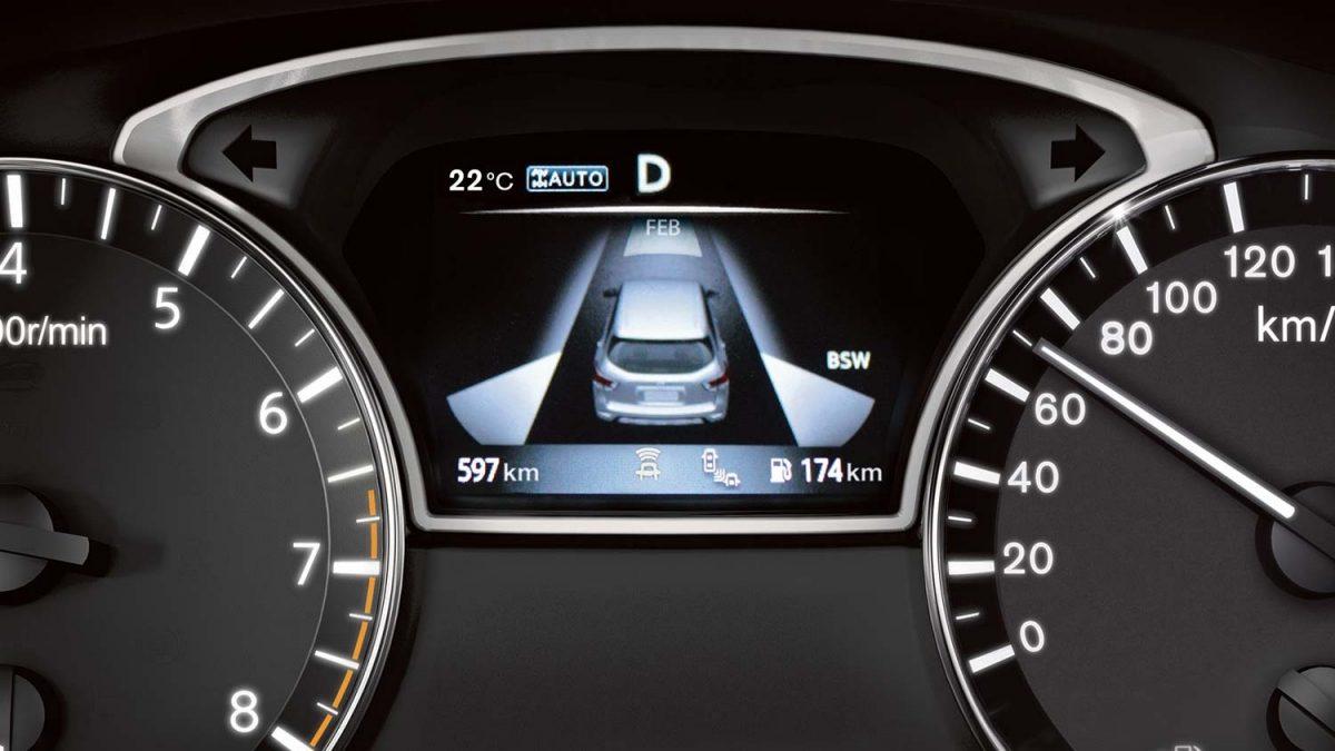 شاشة توضح نظام تحذير النقاط العمياء في سيارة نيسان باثفايندر