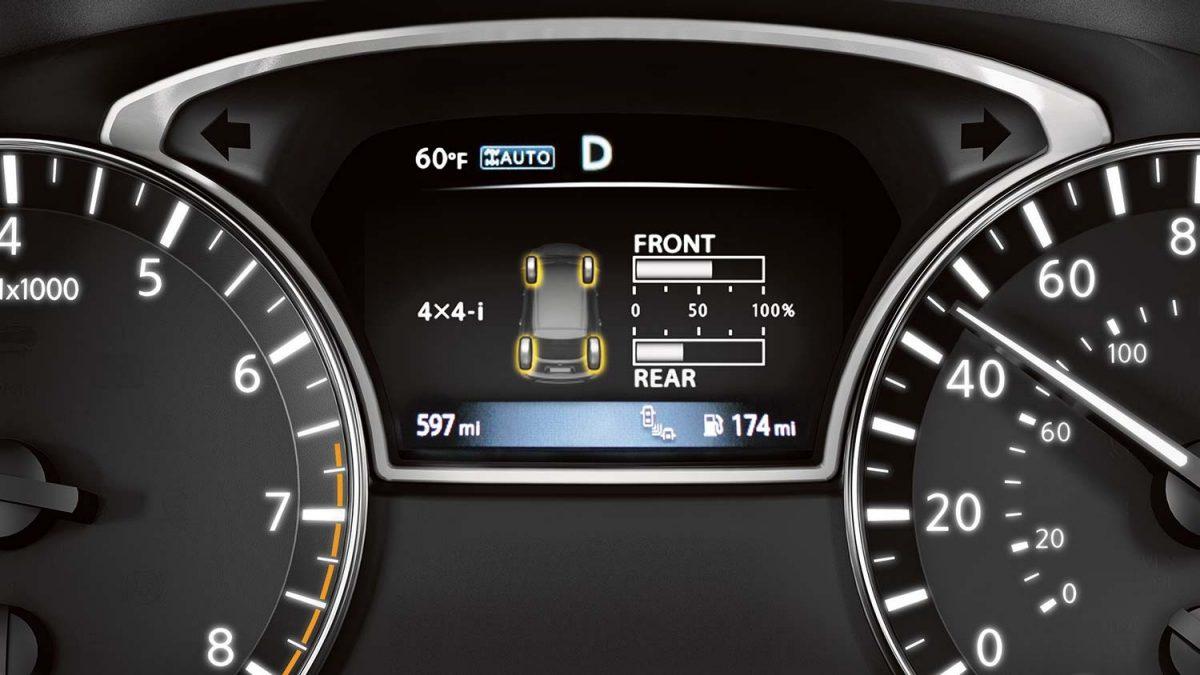 شاشة توضح نظام مراقبة ضغط الهواء في الإطارات في سيارة نيسان باثفايندر