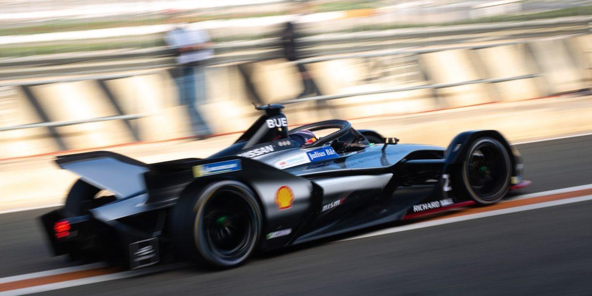 سيارة فورملا من نيسان في حلبة السباق