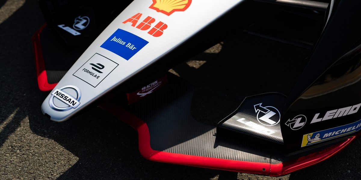 الجزء الخلفي لسيارة فورملا من نيسان في حلبة السباق